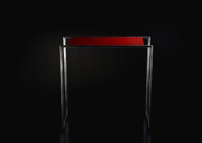 Consolle da ingresso con struttura in ferro spazzolato e ripiano in Valchromat rosso laccato lucido