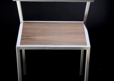 Sedia con struttura in ferro spazzolato e seduta in legno laccato lucido