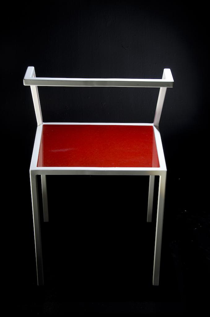 Sedia con struttura in ferro spazzolato e seduta in Valchromat laccato lucido