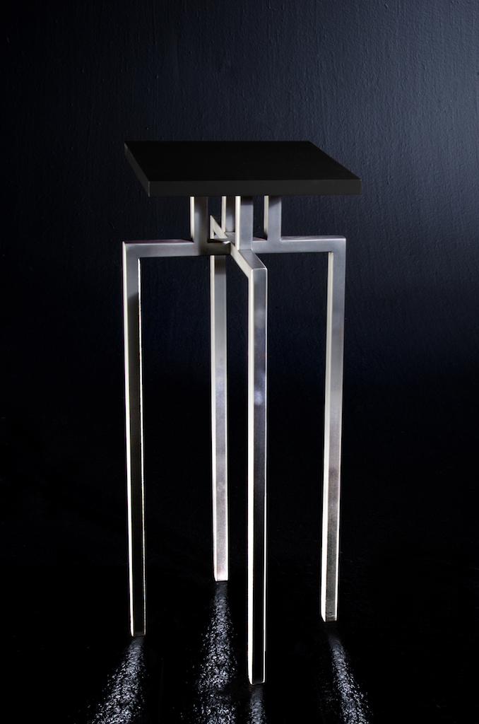 Sgabello con struttura in ferro spazzolato e seduta in Valchromat laccato lucido