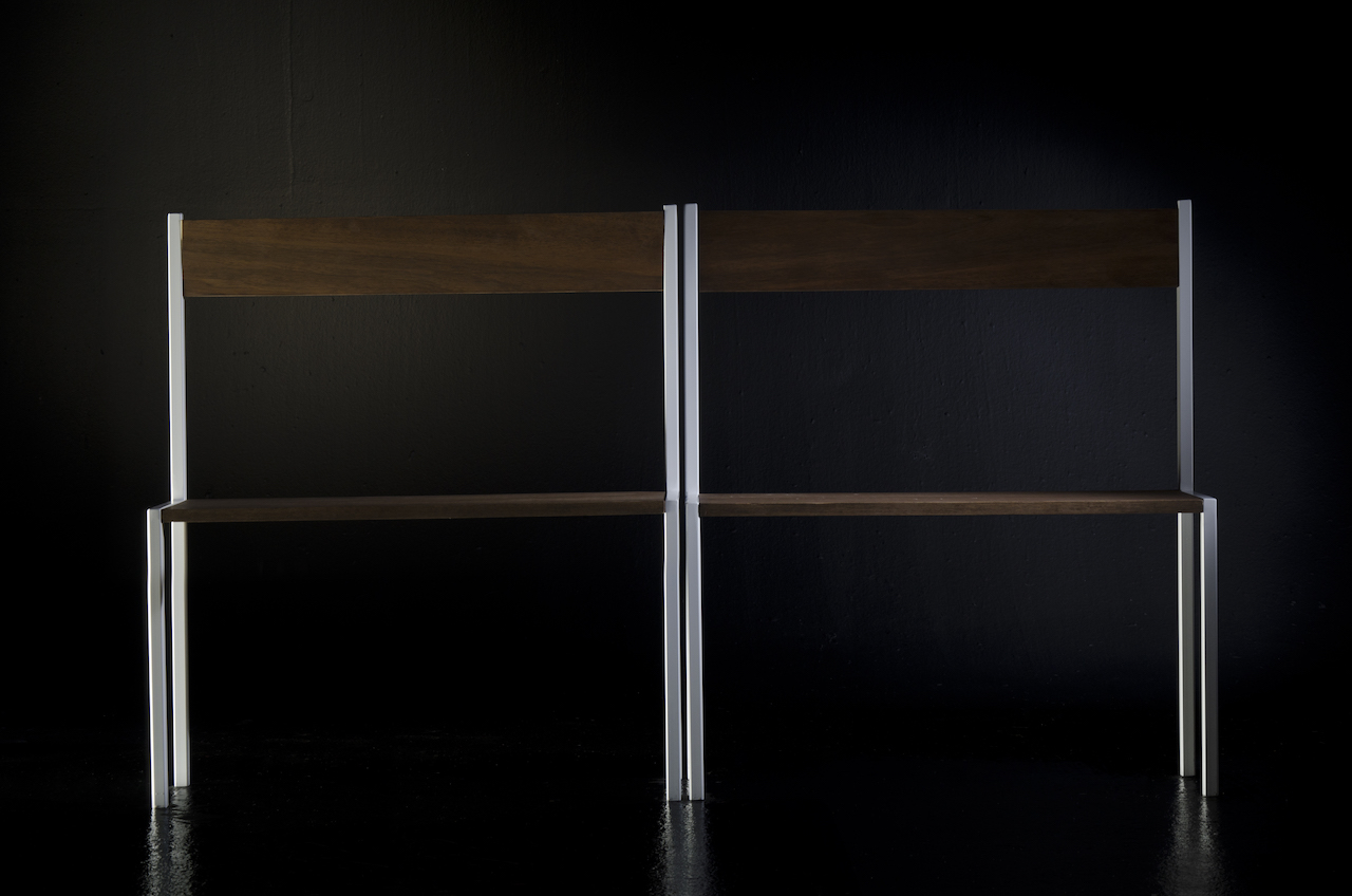 Panca fondo letto con struttura in ferro spazzolato, seduta e schienale in Valchromat laccato lucido o in legno